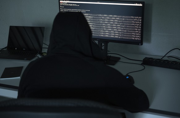 ARCHIV - ZUR WINTERSESSION 2019 MIT DEM THEMA CYBERSICHERHEIT, STELLEN WIR IHNEN FOLGENDES BILDMATERIAL ZUR VERFUEGUNG - [Symbolic Image / Staged Image] A hacker's computer screen with passwords and users' data, photographed on it on July 7, 2019. (KEYSTONE/str)