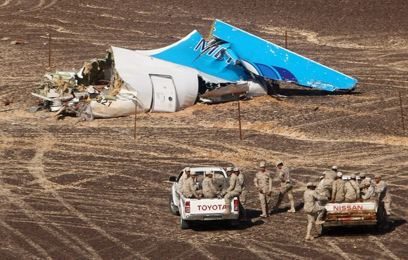 epa05007509 A handout picture provided by the Russian Emergency Ministry press service on 02 November 2015 shows Egyptian servicemen approaching a piece of wreckage of Russian MetroJet Airbus A321 at the site of the crash in Sinai, Egypt, 01 November 2015. The A321 plane of Metrojet en route from Sharm-el-Sheikh, to St. Petersburg crashed in the Sinai, Egypt on 31 October 2015, killing all 224 people on board.  EPA/MAXIM GRIGORIEV / RUSSIAN EMERGENCY MINISTRY / HANDOUT  HANDOUT EDITORIAL USE ONLY/NO SALES