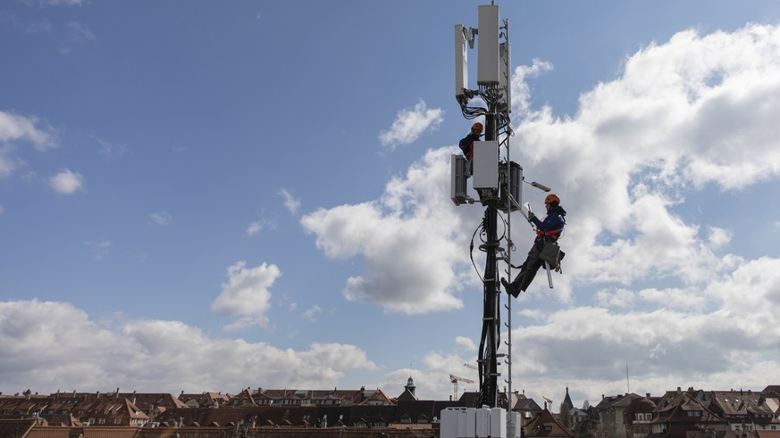 ZUR AUFRUESTUNG EINER SWISSCOM MOBILFUNKANTENNE MIT 5G STELLEN WIR IHNEN FOLGENDES NEUES BILDMATERIAL ZUR VERFUEGUNG --- Markus Bandi, above, and Benjamin Wasem, installation specialist on behalf of Swisscom, during the installation of a 5G antenna, in Bern, Switzerland, on March 26, 2019. (KEYSTONE/Peter Klaunzer)