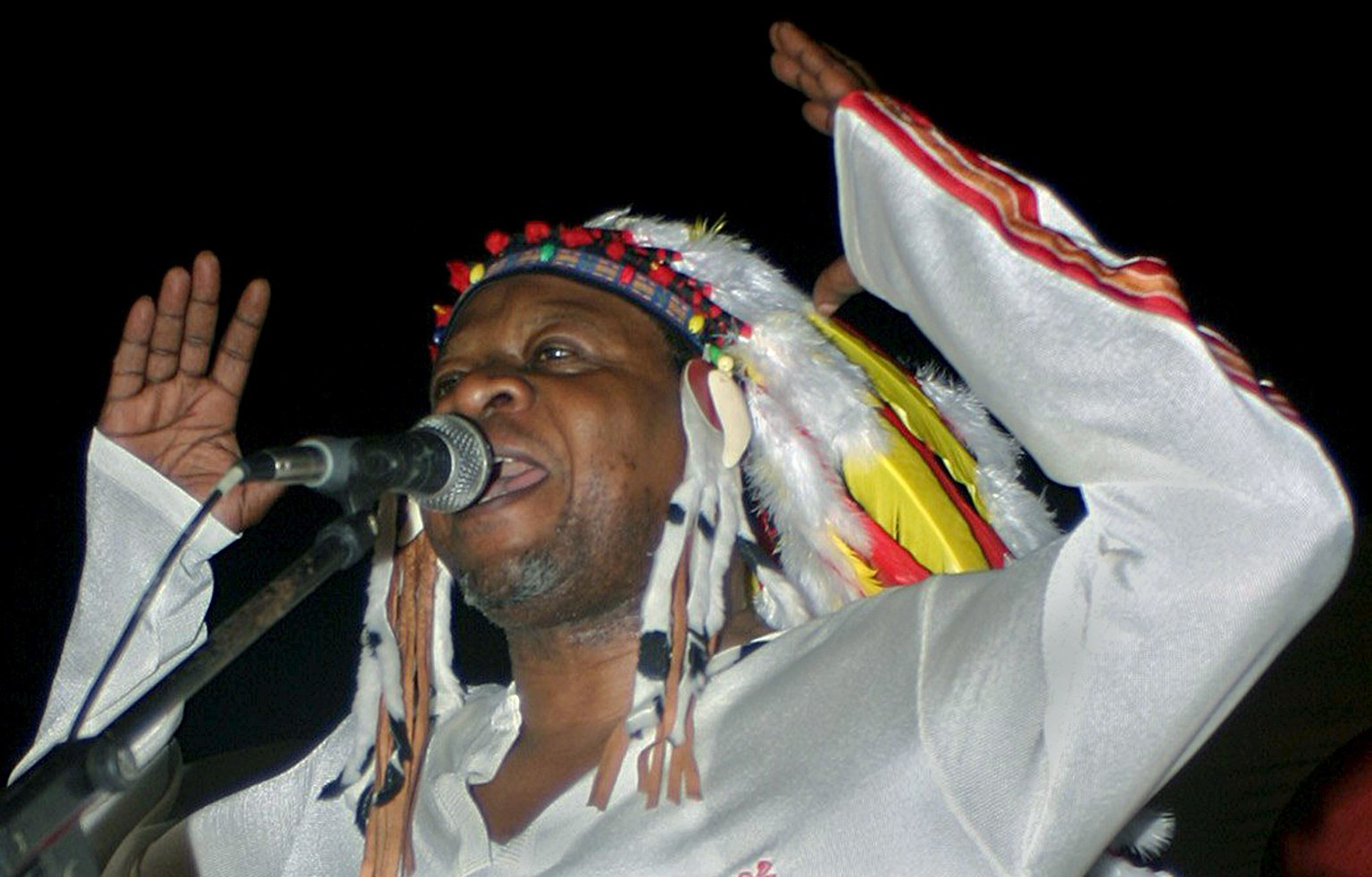 Congolese rumba music legend Papa Wemba gives his first concert in Kinshasa June 26, 2004.  REUTERS/David Lewis/File photo