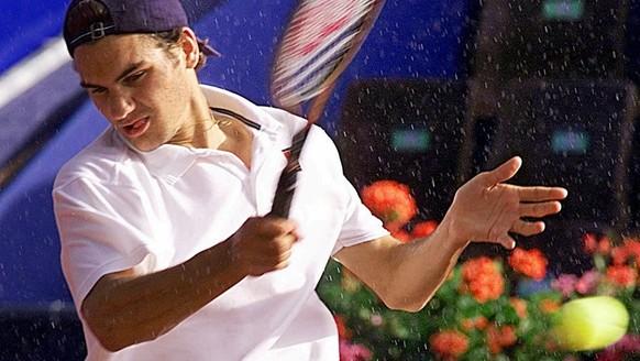 Roger Federer pictured during a match against Younes El Aynaoui at the Swiss Open ATP Tennis Tournament in Gstaad, Switzerland, on July 6, 1999. (KEYSTONE/EDI ENGELER). === ELECTRONIC IMAGE ===  Der Schweizer Roger Federer returniert am Dienstag, 6. Juli 1999, einen Ball seines Gegners Younes El Aynaoui am Swiss Open ATP Tennis Turnier in Gstaad. Federer lag gegen den Marokkaner im Rueckstand, als das Match wegen Regens unterbrochen wurde.   (KEYSTONE/EDI ENGELER). === ELECTRONIC IMAGE ===