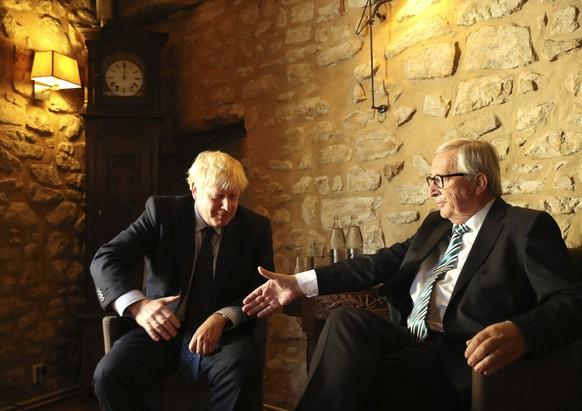 ARCHIV - ZUM STICHTAG DES AUSTRITTS GROSSBRITANNIENS AUS DER EU AM DONNERSTAG, 31. OKTOBER 2019, STELLEN WIR IHNEN FOLGENDES BILDMATERIAL ZUR VERFUEGUNG - European Commission President Jean-Claude Juncker, right, reaches out to shake hands with British Prime Minister Boris Johnson prior to a meeting at a restaurant in Luxembourg, Monday, Sept. 16, 2019. British Prime Minister Boris Johnson was holding his first meeting with European Commission President Jean-Claude Juncker on Monday in search of a longshot Brexit deal. (AP Photo/Francisco Seco, Pool)