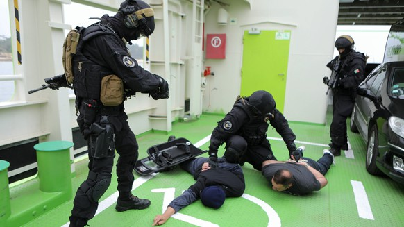 epa05991720 Members of the Tactical Action Group Police of the Portuguese Navy in action during a hostage rescue exercise during the First European COASTEX 17 exercise Coast Guard activity, in Troia shore, Portugal, 26 May 2017. COASTEX 17 has the participation of some 750 people, 32 organizations from 25 European countries of Schengen area, to train the coordination of Coast Guard activities within the framework of the European Coast Guard Functions Forum (ECGFF), chaired by Portugal, through the Navy and the National Maritime Authority.  EPA/MIGUEL A. LOPES