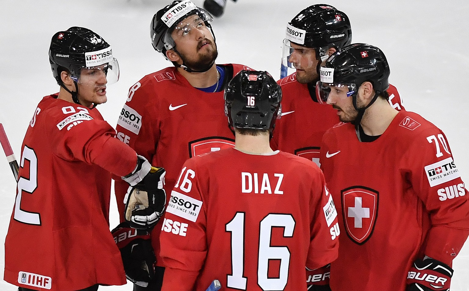 Switzerland's Gaetan Haas, Vincent Praplan, Raphael Diaz, Philippe Furrer and Denis Hollenstein, from left, speak during their Ice Hockey World Championship group B preliminary round match between Switzerland and Belarus in Paris, France on Wednesday, May 10, 2017. (KEYSTONE/Peter Schneider)