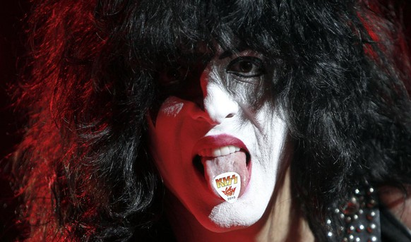 Der Saenger Paul Stanley posiert am Montag, 31. Mai 2010, waehrend eines Konzertes seiner Band Kiss auf der Buehne der O2 Arena in Hamburg. (apn Photo/Axel Heimken) Singer Paul Stanley poses on stage during a concert of his band Kiss in the 02 Arena in Hamburg, northern Germany, on Monday, May 31, 2010.  (apn Photo/Axel Heimken)