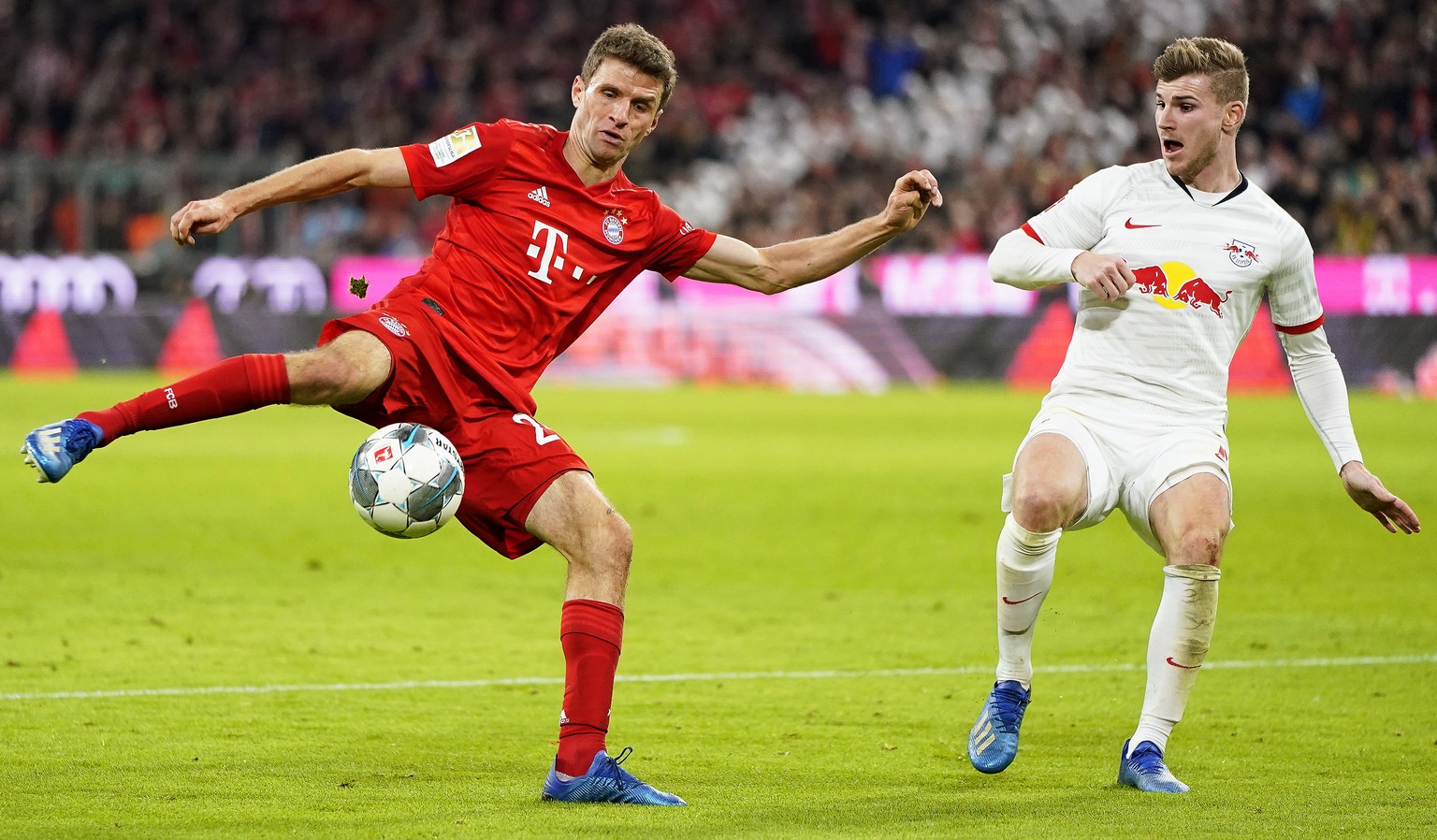 epa08206276 Bayern Munich's Thomas Mueller (L) in action against Leipzig's Timo Werner (R) during the German Bundesliga soccer match between FC Bayern Munich and RB Leipzig in Munich, Germany, 09 February 2020.  EPA/RONALD WITTEK CONDITIONS - ATTENTION: The DFL regulations prohibit any use of photographs as image sequences and/or quasi-video.