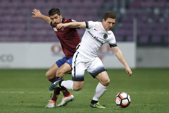 Servette's forward Matias Vitkieviez , left, fights for the ball with Wil's defender Silvano Schaeppi, right, during the Challenge League soccer match of Swiss Championship between Servette FC and FC Wil, at the Stade de Geneve stadium, in Geneva, Switzerland, Monday, October 31, 2016. (KEYSTONE/Salvatore Di Nolfi)