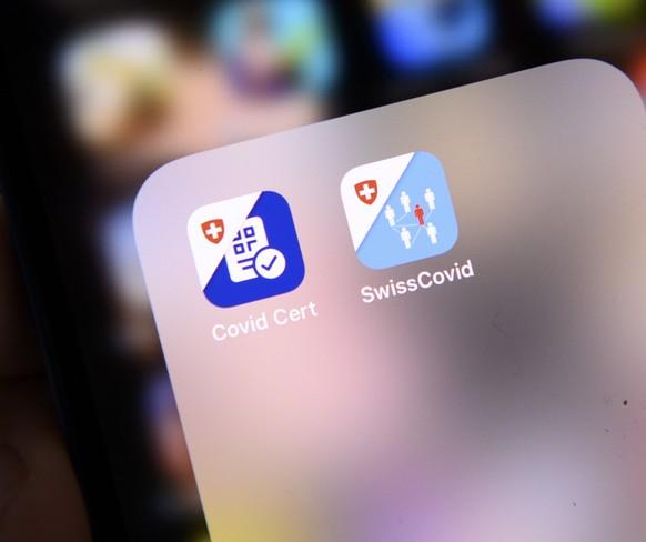 L' APP Certificat Covid et l'APP SwissCovid sont photographies sur un smartphone Apple le jour de sa mise a disposition sur l'APP Store de Certificat Covid lors de la pandemie de Coronavirus (Covid-19) ce lundi 7 juin 2021 a Lausanne. (KEYSTONE/Laurent Gillieron)