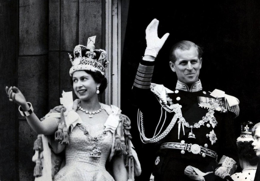 Picture dated 02 June 1953 of Britain's Queen Elizabeth II wearing the Imperial State Crown as she and her husband, the Duke of Edinburgh - dressed in the uniform of Admiral of the Fleet - wave from the balcony of Buckingham Palace in London to the crowds after the coronation at Westminster Abbey in London. The year 2002 will mark the 50th anniversary of the Queen's accession to the throne following the death of her father King George VI on 06 February 1952. (KEYSTONE/EPA PHOTO/PA/STR) ===