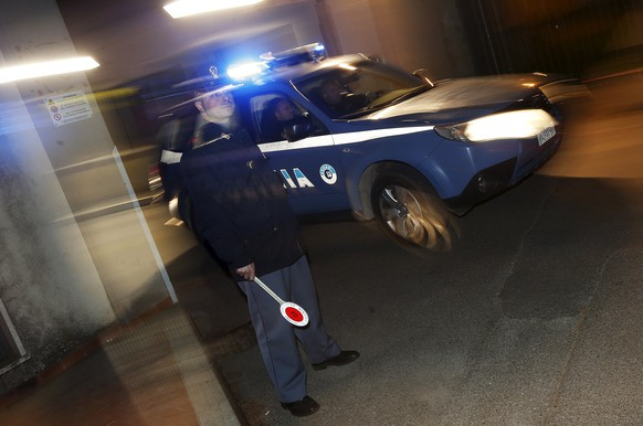 An Italian police car leaves a police station for Operation Columbus in Pianopoli village, near Catanzaro, Italy May 7, 2015. Italian and U.S. agents broke up a major cocaine trafficking network between Central America, the United States and Europe on Thursday, detaining 13 Italians suspected of links to organised crime, police said. REUTERS/Alessandro Bianchi