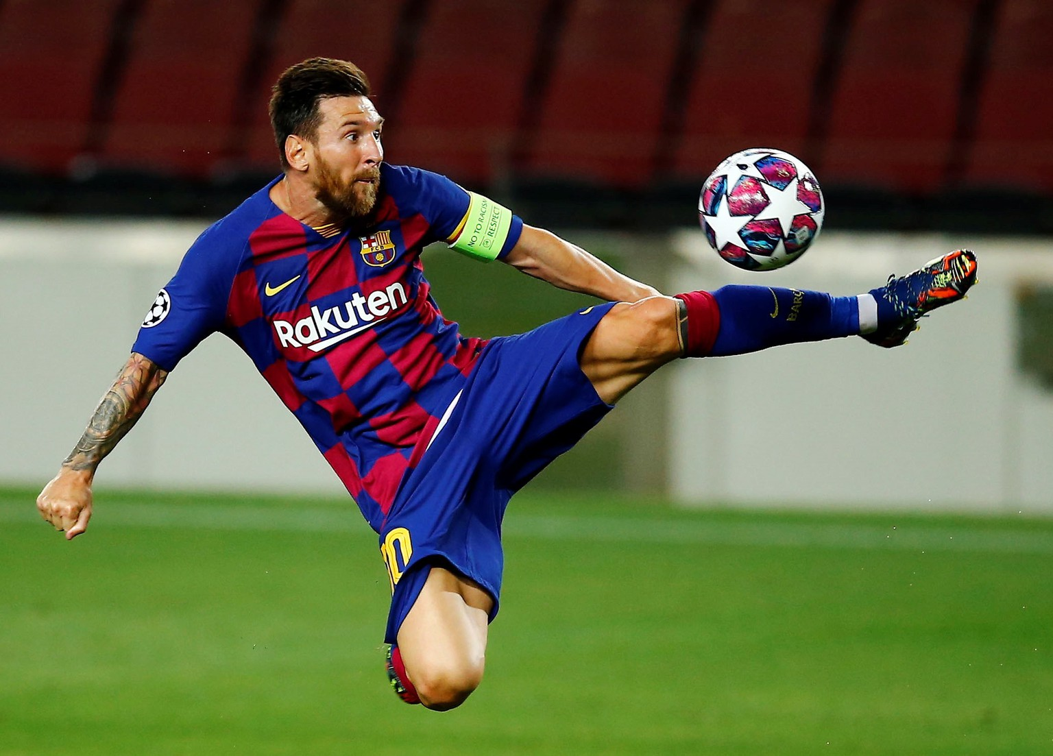 epa08592464 FC Barcelona's Lionel Messi in action during the UEFA Champions League round of 16 second leg soccer match between FC Barcelona and SCC Napoli in Barcelona, Catalonia, north eastern Spain, 08 August 2020.  EPA/Enric Fontcuberta