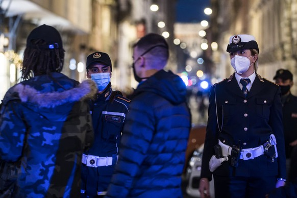 epa08820265 Police forces close via del Corso to regulate the social distancing of people out for a walk, during the Coronavirus Covid-19 pandemic emergency in Rome, Italy, 14 November 2020.  EPA/ANGELO CARCONI