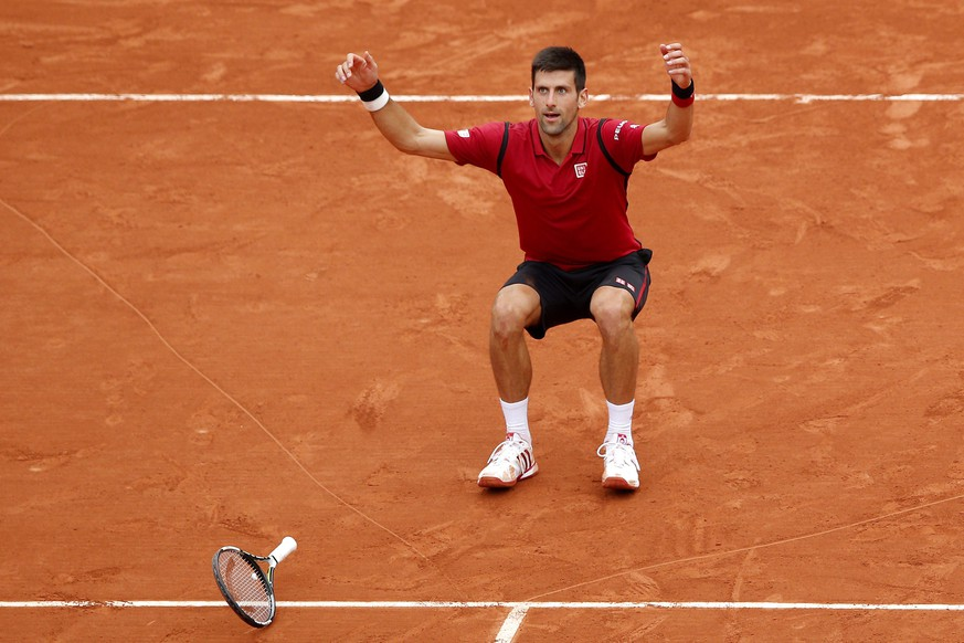 epa05347595 Novak Djokovic of Serbia celebrates after winning against Andy Murray of Britain during their men's single final match at the French Open tennis tournament at Roland Garros in Paris, France, 05 June 2016.  EPA/YOAN VALAT