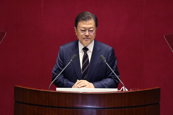 epa09544758 South Korean President Moon Jae-in speaks at the National Assembly in Seoul, South Korea, 25 October 2021. President Moon spoke for parliamentary cooperation in passing an expansionary government budget for next year designed to help tide South Korea over the deepening difficulties facing its economy.  EPA/Chung Sung-Jun / POOL
