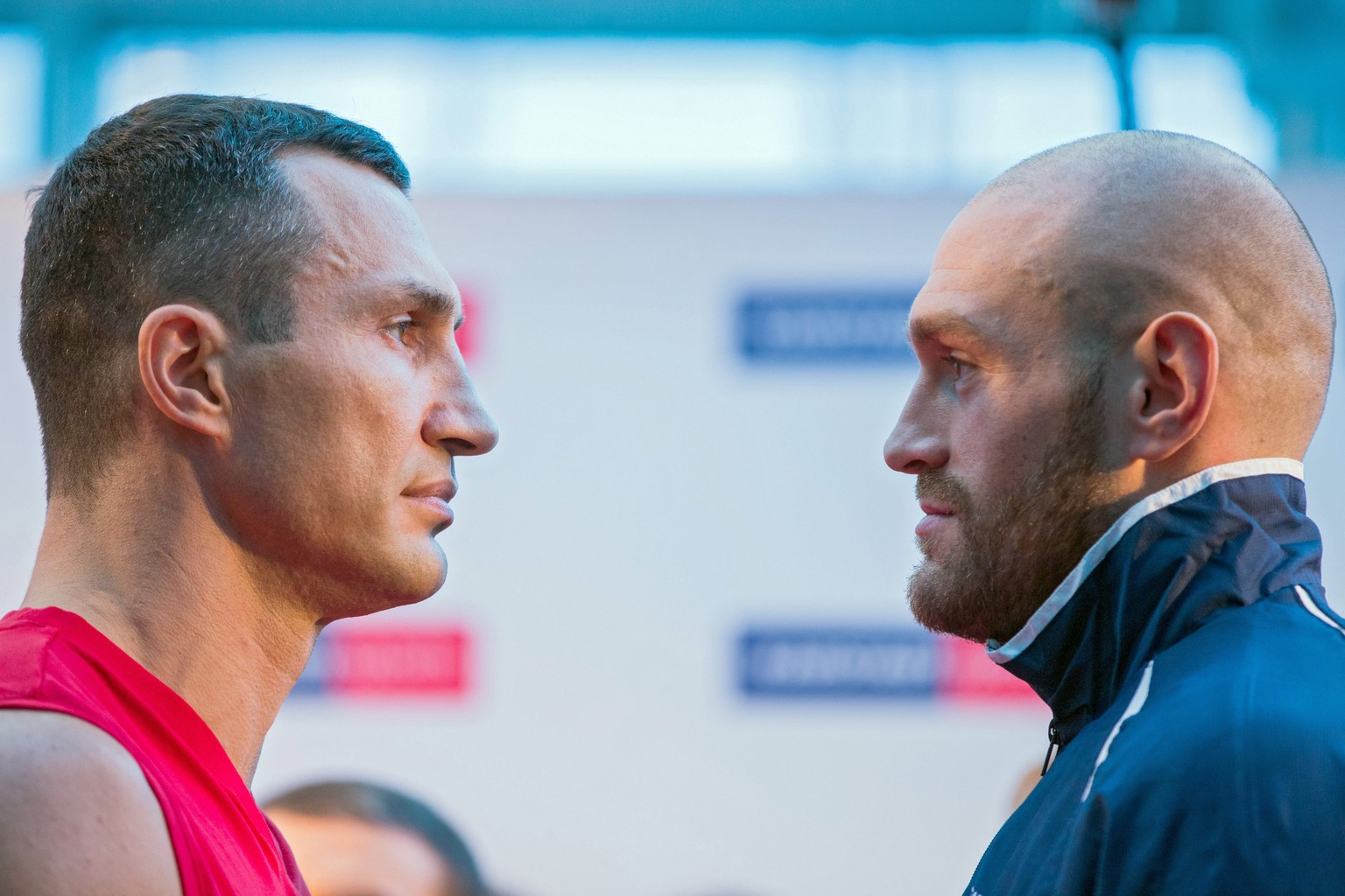 epa05044385 Ukrainian heavyweight boxer Wladimir Klitschko (L), who is holding the titles of the WBA, IBF, WBO, and IBO, faces his British contender Tyson Fury (R) at the official weigh-in in Essen, Germany, 27 November 2015. Klitschko will face Fury in a bout on 28 November 2015.  EPA/ROLD VENNENBERND
