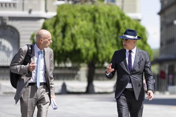 Bundesrat Alain Berset, rechts, und Daniel Koch, Delegierter des BAG fuer COVID-19, kommen zu einer Medienkonferenz des Bundesrates ueber die Situation des Coronavirus, am Freitag, 8. Mai 2020 in Bern. (KEYSTONE/Peter Klaunzer)