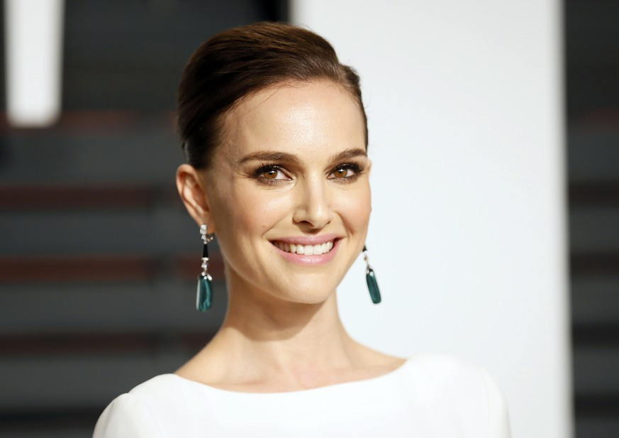 Actress Natalie Portman arrives at the 2015 Vanity Fair Oscar Party in Beverly Hills, California February 22, 2015. REUTERS/Danny Moloshok (UNITED STATES - Tags:ENTERTAINMENT) (VANITYFAIR-ARRIVALS)