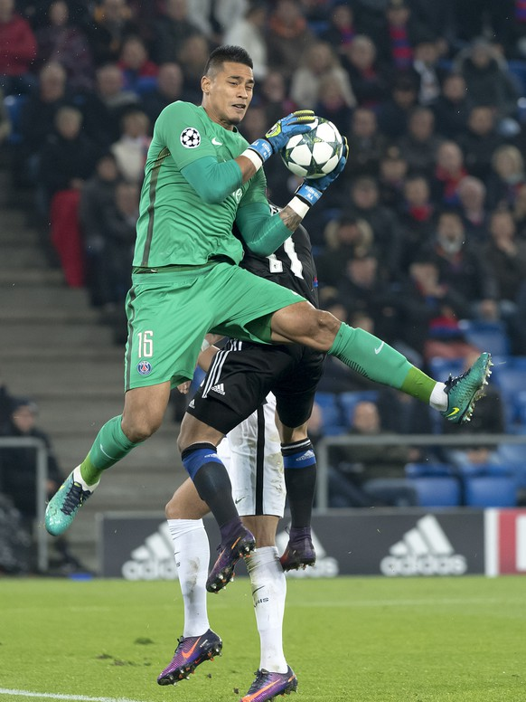 Paris' goalkeeper Alphonse Areola, front, in action during an UEFA Champions League Group stage Group A matchday 4 soccer match between Switzerland's FC Basel 1893 and France's Paris Saint-Germain Football Club, at the St. Jakob-Park stadium in Basel, Switzerland, on Tuesday, November 1, 2016. (KEYSTONE/Georgios Kefalas)
