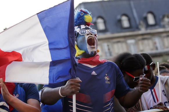 epa06878936 French fans at a public viewing in the Paris city hall square watch the FIFA 2018 World Cup semi final match between France and Belgium in Paris, France, 10 July 2018.  EPA/CHRISTOPHE PETIT TESSON
