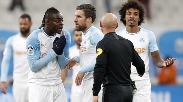 epa07319888 Mario Balotelli (L) of Olympique Marseille speaks with French Referee Amaury Delerue during the French Ligue 1 soccer match between Olympique Marseille and Lille OSC at the Velodrome Stadium in Marseille, southern France, 25 January 2019.  EPA/GUILLAUME HORCAJUELO