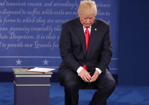 epa05579013 Republican Donald Trump sits in his chair after arriving at the start of the second Presidential Debate at Washington University in St. Louis, Missouri, USA, 09 October 2016. The third and final debate will be held 19 October in Nevada.  EPA/ANDREW GOMBERT