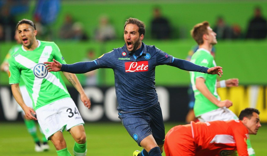 WOLFSBURG, GERMANY - APRIL 16:  Despair for Wolfsburg players as Gonzalo Higuain of Napoli celebrates as he scores their first goal during the UEFA Europa League Quarter Final first leg match between VfL Wolfsburg and SSC Napoli at Volkswagen Arena on April 16, 2015 in Wolfsburg, Germany.  (Photo by Martin Rose/Bongarts/Getty Images)