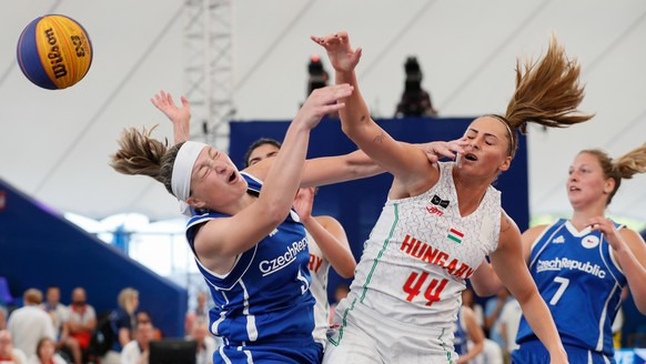 epa07662491 Borondy Vivien (R) of Hungary in action against Hoskova Kamila (L) of Czech Republic during the women's 3x3 basketball competitions, first round group B, at the Minsk 2019 European Games in Minsk, Belarus, 21 June 2019.  EPA/SERGEY DOLZHENKO