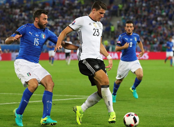 epa05404278 Italy's Andrea Barzagli (L) in action against Mario Gomez (C) of Germany during the UEFA EURO 2016 quarter final match between Germany and Italy at Stade de Bordeaux in Bordeaux, France, 02 July 2016.  (RESTRICTIONS APPLY: For editorial news reporting purposes only. Not used for commercial or marketing purposes without prior written approval of UEFA. Images must appear as still images and must not emulate match action video footage. Photographs published in online publications (whether via the Internet or otherwise) shall have an interval of at least 20 seconds between the posting.)  EPA/ARMANDO BABANI   EDITORIAL USE ONLY
