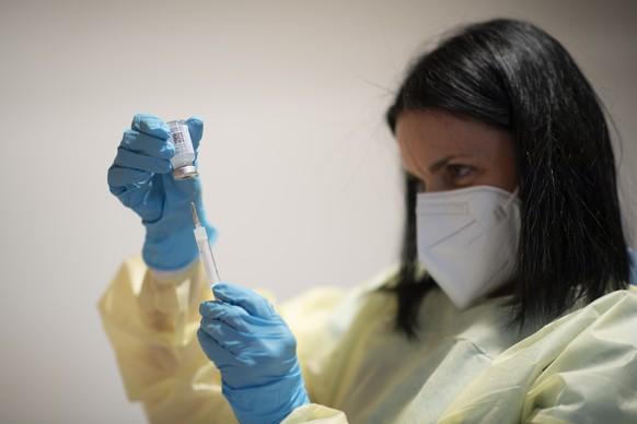 Impfdosen werden vorbereitet, im Impf- und Testzentrum fuer das Coronavirus, am Montag, 25. Januar 2021, im Impfzentrum gegen das Coronavirus, am Montag, 25. Januar 2021, im Kongresszentrum in Davos. Heute nehmen im Kanton Graubuenden neun regionale Impf- und Testzentren den Betrieb auf. (KEYSTONE/Gian Ehrenzeller)