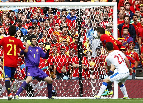 epa05361770 Gerard Pique (back R) of Spain scores the 1-0 lead against Czech goalkeeper Petr Cech (2-L) during the UEFA EURO 2016 group D preliminary round match between Spain and the Czech Republic at Stade Municipal de Toulouse in Toulouse, France, 13 June 2016.