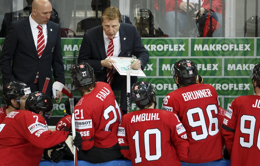 Glen Hanlon, head coach of Switzerland's national ice hockey team, instructs his players, during the IIHF 2015 World Championship preliminary round game Switzerland vs Austria, at the O2 Arena, in Prague, Czech Republic, Saturday, Mai 2, 2015. (KEYSTONE/Salvatore Di Nolfi)