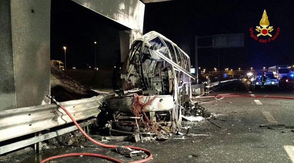 epa05737407 A handout photo made available by Vigili del Fuoco (Italian Firewatchers) shows a burned Hungarian bus after an accident at 'Verona Est' highway's exit in Verona, Italy, 21 January 2017. Italian police reported that 16 people died in the bus crash as Hungarian students were reportedly returning to Budapest from a school trip from France. According to reports, 55 people, 39 of whom were injured and taken to nearby hospitals, were on board the bus during the incident.  EPA/VIGILI DEL FUOCO HANDOUT -- BEST QUALITY AVAILABLE -- HANDOUT EDITORIAL USE ONLY/NO SALES