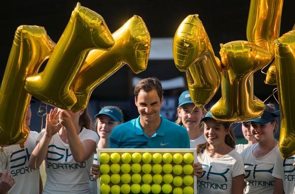 16.06.2018, Baden-Wuerttemberg, Stuttgart: Tennis: ATP-Tour - Stuttgart, Einzel, Herren, Halbfinale. Federer (Schweiz) - Kyrgios (Australien). Roger Federer wird nach dem Spiel als Nummer Eins der Weltrangliste gefeiert. (KEYSTONE/DPA/Marijan Murat)