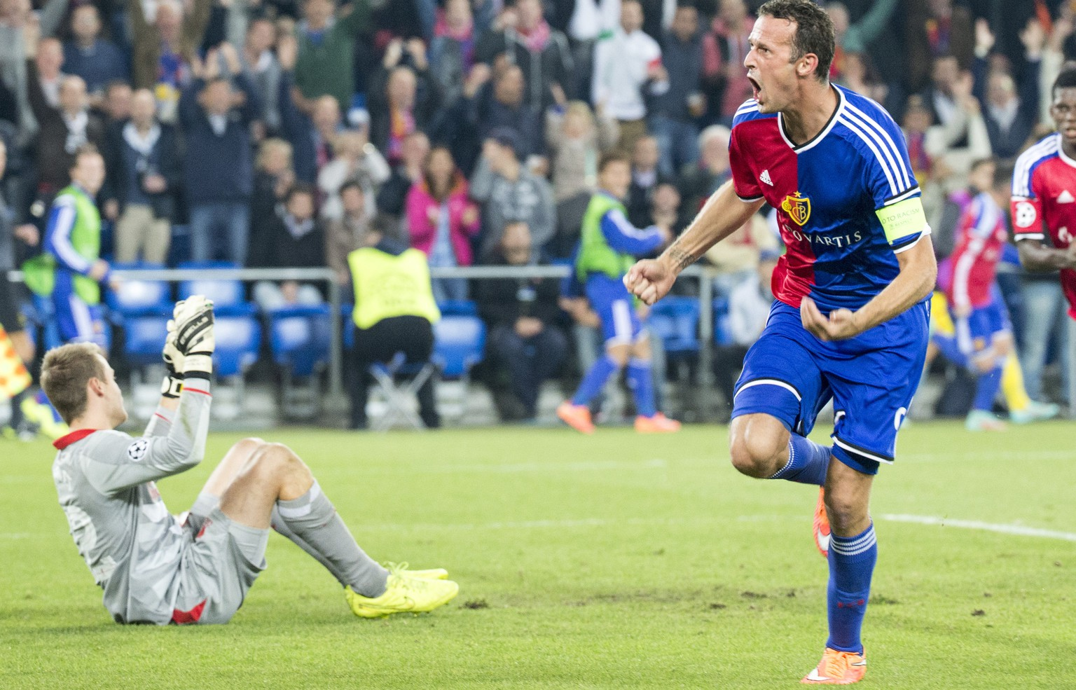 Basel's Marco Streller, right, celebrates his first goal, during an UEFA Champions League group B matchday 2 soccer match between Switzerland's FC Basel 1893 and Britain's Liverpool FC in the St. Jakob-Park stadium in Basel, Switzerland, on Wednesday, October 1, 2014. (KEYSTONE/Patrick Straub)