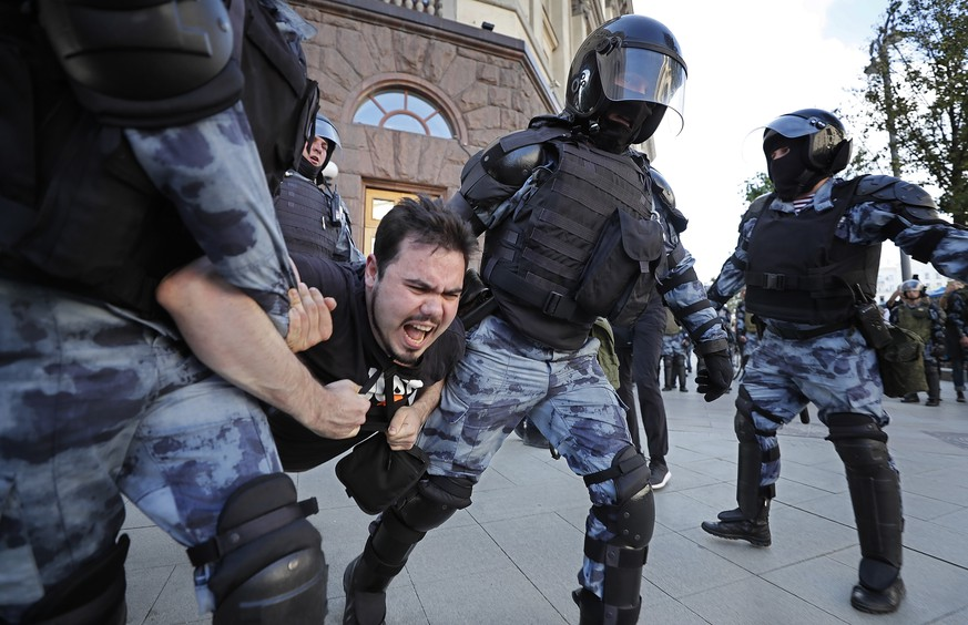 epa07744944 Russian riot police detain a participant during a liberal opposition protest in front of Moscow Mayor's office in Moscow, Russia, 27 July 2019. Opposition activists protest against decision of the Central Elections Commission to reject collected signatures in support of opposition candidates in Moscow City Duma campaign. Activists and protesters say that Russian election authorities are preventing opposition candidates from running in upcoming municipal elections for the Moscow City Duma, according to reports.  EPA/YURI KOCHETKOV