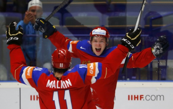 Russia's Vladimir Tarasenko (R) celebrates his goal against Sweden with team mate Yevgeni Malkin during their Ice Hockey World Championship quarterfinals game at the CEZ arena in Ostrava, Czech Republic May 14, 2015. REUTERS/Laszlo Balogh