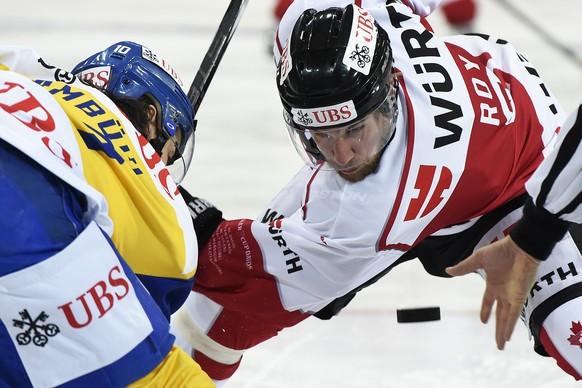28.12.2015; Davos; Eishockey Spengler Cup - Team Canada - HC Davos; Andres Ambuehl (Davos) und Derek Roy (Canada) beim Bully (Urs Lindt/freshfocus)