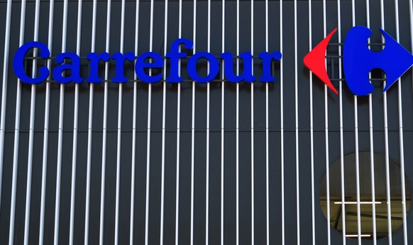 epa08937251 A Carrefour logo is seen at the entrance of the Carrefour Supermarket in Nice, France, 14 January 2020. Canadian group Couche-Tard offers to buy Carrefour for 16 billion euros.  EPA/SEBASTIEN NOGIER
