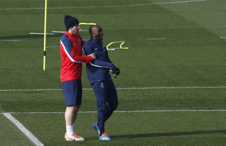 Paris St Germain's assistant coach Claude Makelele (R) and player Maxwell attend a training session at the Camp des Loges training center in Saint-Germain-en-Laye, near Paris March 11, 2014.  Paris St Germain will play Bayer Leverkusen in their Champions League soccer match on Wednesday.   REUTERS/Gonzalo Fuentes (FRANCE  - Tags: SPORT SOCCER)