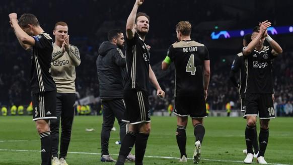 epa07538985 Daley Blind (C) of Ajax Amsterdam and teammates applaud fans after the UEFA Champions League semi final 1st leg match between Tottenham Hotspur and Ajax Amsterdam, London, 30 April 2019.  EPA/NEIL HALL