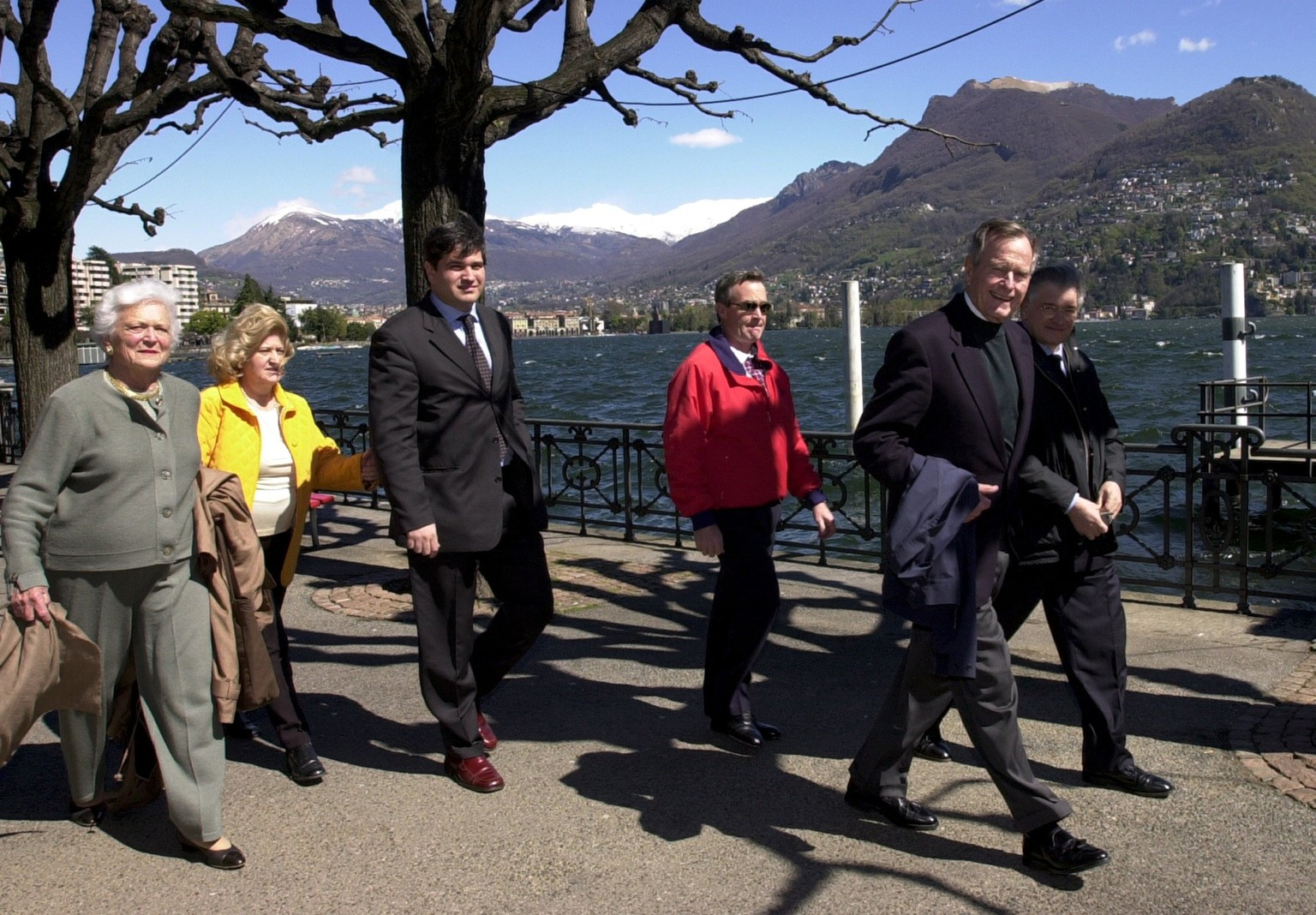 ARCHIV -- ZUM HEUTE VERSTORBENEN EHEMALIGEN US PRAESIDENT GEORGE BUSH,  STELLEN WIR IHNEN FOLGENDES BILDMATERIAL ZUR VERFUEGUNG -- Former US president George Bush, second right, and his wife Barbara, left, walk along the shores of Lake Lugano, Switzerland, with the Monte Bre in the background, Thursday, April 5, 2001. The other people are unidentified. Bush is on a privat visit to Lugano. (KEYSTONE/Karl Mathis) ===ELECTRONIC IMAGE===