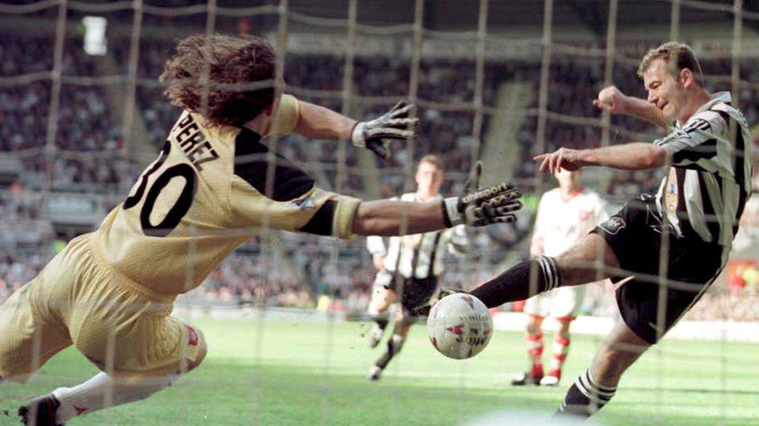 Newcastle's Alan Shearer scores Newcastle's late equaliser against Sunderland's goalie Lionel Perez at St James' Park 05 April. The match ended in a 1-1 draw. (KEYSTONE/PA/OWEN HUMPHREYS)