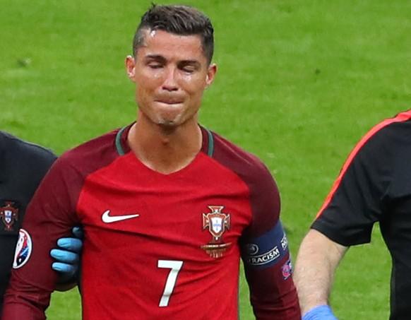 Oh, wie bitter ist das! Cristiano Ronaldo kann im EM-Final keine Rolle spielen. Er muss schon früh verletzt ausgewechselt werden.