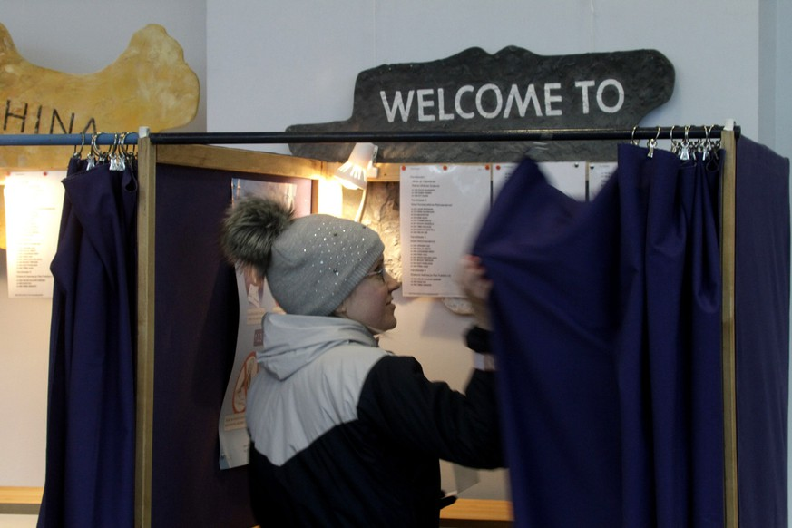 epa04642833 A woman votes at a polling station during Estonian Parliamentary elections in  Karksi Nuja, Estonia 01 March 2015. The conflict in Ukraine has stirred anxiety in the former Soviet republic, with national security issues having dominated the election campaign.  EPA/VALDA KALNINA