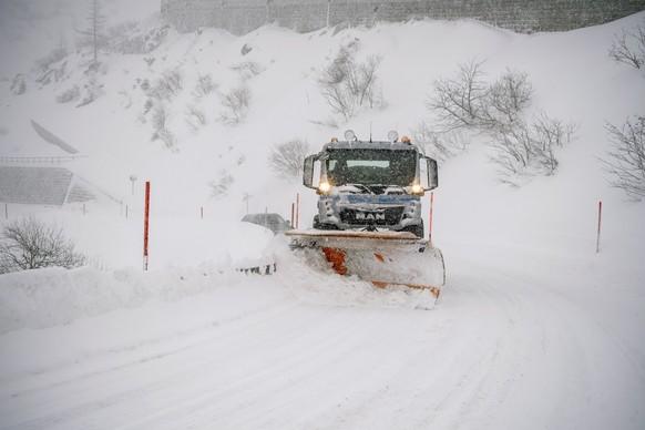 Die Kantonsstrasse in der Schoellenenschlucht zwischen Goeschenen und Andermatt ist schneebedeckt, am Donnerstag, 14. Januar 2021. (KEYSTONE/Urs Flueeler)
