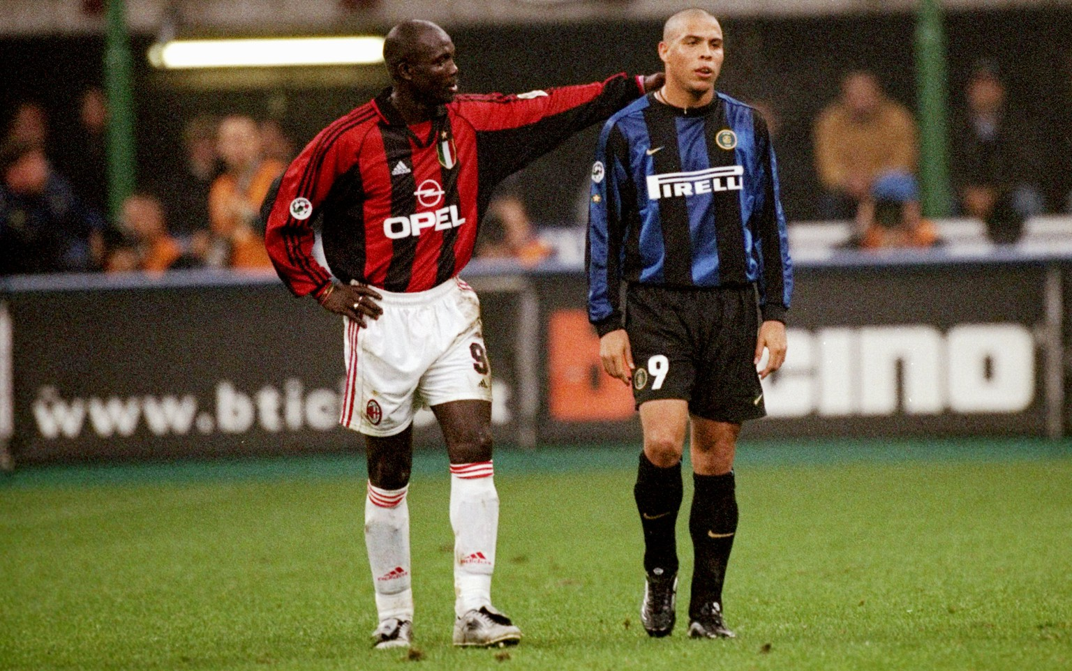 23 Oct 1999:  George Weah of AC Milan consoles Ronaldo of Inter Milan after his sending off during the Serie A match at the San Siro in Milan, Italy.  \ Mandatory Credit: Claudio Villa /Allsport