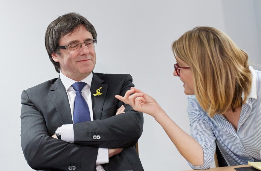 epa06712992 Former President of the Generalitat of Catalonia Carles Puigdemont (L) and Elsa Artadi (R) talk prior to a working meeting with members of his parliamentary group, Junts per Catalunya, in Berlin, Germany, 05 May 2018. Puigdemont and the Catalan political platform centered around him discussed further plans on proposing a president for the Catalonian Government and avoid new elections. Puigdemont resides in Berlin because he is still formally in detention and may not leave Germany until German justice decides on his extradition to Spain according to a European arrest warrant.  EPA/HAYOUNG JEON
