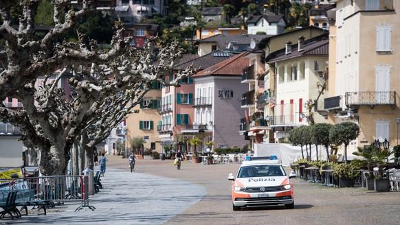 Ein Polizeiauto patrouilliert am Seeuferweg von Ascona, am Sonntag, 12. April 2020. Bundesrat und Tessiner Regierung hatten schon fuer das vergangene Wochenende explizit dazu aufgerufen, nicht ins Tessin zu fahren. (KEYSTONE/Ti-Press/Alessandro Crinari
