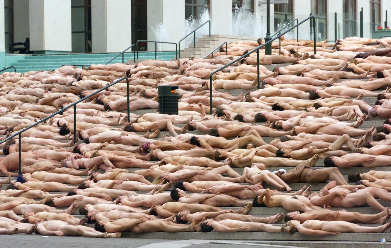 spencer tunick hat es wieder getan tausende posieren nackt Überall auf der welt blutt für tunick