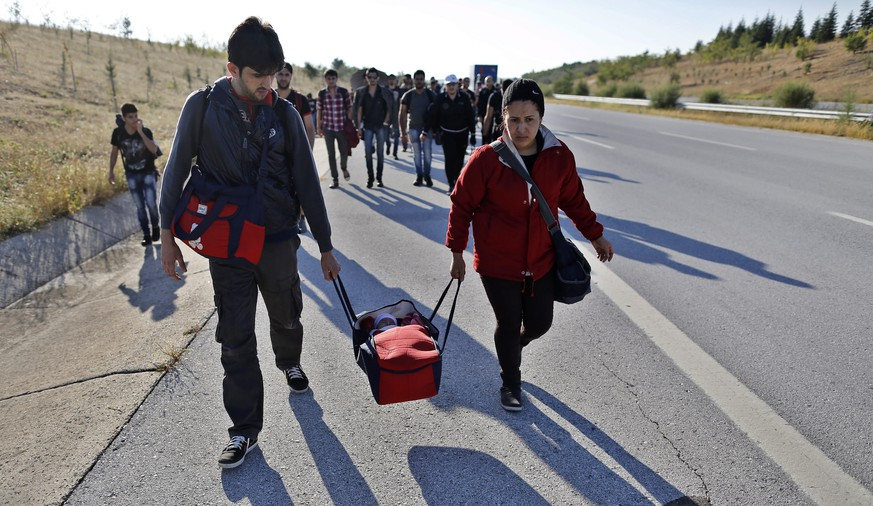 epa04931250 Syrian refugee walks along the Istanbul-Edirne highway as they attempt to cross the Turkish-Greek border in Edirne, a city in the west of Turkey, 15 September 2015. According to local reports thousands of refugees are trying to walk across the Greek border for onward passage to Germany in protest of the Turkish Government's restrictions which force them to take dangerous boat journeys to Europe instead of simply walking.  EPA/CEM TURKEL
